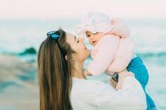 Matriz com sua filha que joga na praia foto de stock royalty free
