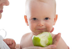 A matriz dá a maçã verde a seu filho Fotos de Stock Royalty Free