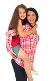 A matriz dá o passeio do sobreposto a sua filha foto de stock