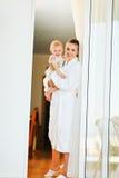 Matriz de sorriso com o bebê que olha para fora do indicador Foto de Stock Royalty Free