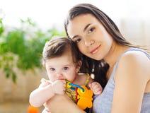 Matriz com o bebé idoso de oito meses Imagem de Stock