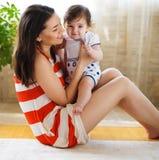 Matriz de sorriso feliz com o bebê idoso de oito meses Imagem de Stock Royalty Free