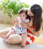 Matriz de sorriso feliz com o bebê idoso de oito meses Fotos de Stock