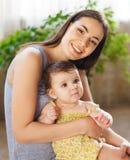 Matriz de sorriso feliz com o bebê idoso de oito meses Imagem de Stock