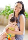 Matriz de sorriso feliz com o bebê idoso de oito meses Fotos de Stock Royalty Free