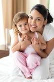 Matriz de sorriso que abraça sua menina Imagens de Stock Royalty Free