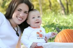 Matriz e bebé com abóbora - tema da queda Foto de Stock Royalty Free