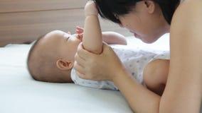 Matriz e bebê video estoque