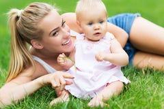 Matriz e bebê ao ar livre Foto de Stock