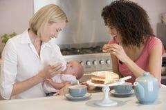 Matriz e bebê com o amigo que come o bolo foto de stock royalty free