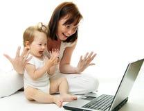 Matriz e bebê com portátil fotos de stock