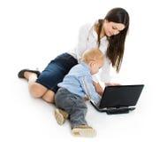 Matriz e bebê com portátil Fotografia de Stock Royalty Free