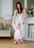 Matriz e bebê em casa imagens de stock
