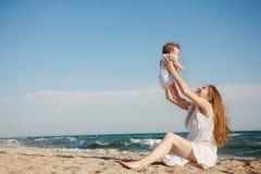 Matriz e bebê na praia imagem de stock royalty free