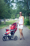 Matriz e bebê no carrinho de criança Foto de Stock