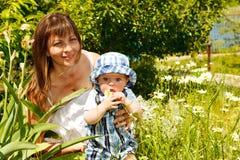 Matriz e bebê no jardim fotos de stock