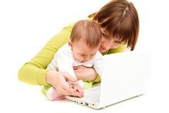 Matriz e bebê no portátil imagens de stock royalty free