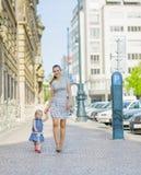 Matriz e bebê que andam na cidade imagem de stock royalty free
