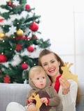 Matriz e bebê que comem bolinhos do Natal Fotos de Stock Royalty Free
