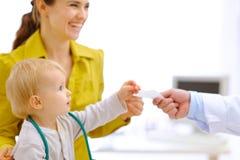 Matriz e bebê que esticam para a prescrição em han Imagem de Stock