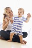 Matriz e bebê que jogam dentro Imagem de Stock