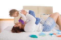 Matriz e bebê que jogam em casa Imagens de Stock Royalty Free
