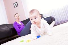 Matriz e bebé a jogar. Fotografia de Stock