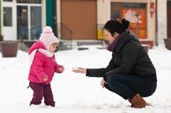 Matriz e criança na neve fotos de stock