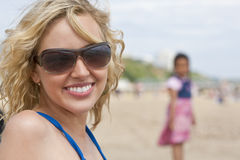 Matriz e criança na praia Fotografia de Stock