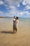 Matriz e criança na praia Fotos de Stock