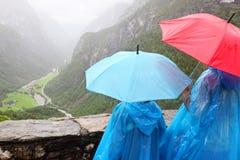 A matriz e a criança olham montanhas arborizadas Fotografia de Stock