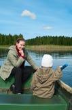 Matriz e criança pequena no barco Fotos de Stock Royalty Free