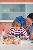Matriz e criança que fazem o cozimento do Natal imagem de stock