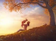 Matriz e criança que jogam ao ar livre Foto de Stock Royalty Free