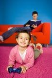 Matriz e criança que relaxam.   fotografia de stock
