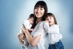 Matriz e crianças felizes fotos de stock royalty free