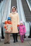 Matriz e crianças na escada rolante Imagens de Stock Royalty Free