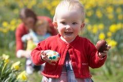 Matriz e crianças no campo do Daffodil Fotografia de Stock