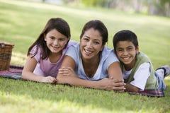 Matriz e crianças que têm o piquenique Fotografia de Stock Royalty Free