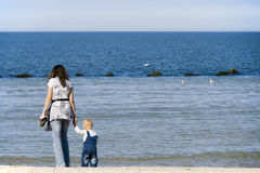 Matriz e criança no mar Fotografia de Stock Royalty Free