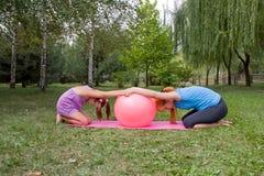 A matriz e a filha acoplam na aptidão Fotografia de Stock Royalty Free