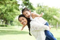 Matriz e filha alegres fotografia de stock