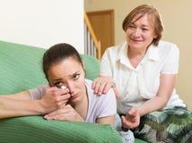 Matriz e filha após a discussão imagens de stock