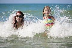 A matriz e a filha apreciam o dia de verão quente. Foto de Stock