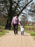 Caminhada da filha da matriz e do bebê   fotografia de stock