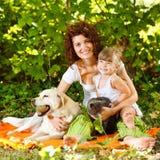 Matriz e filha com animais de estimação Fotografia de Stock Royalty Free