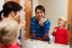 Matriz e filha com espelho fotografia de stock