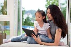 Matriz e filha com tabuleta digital Foto de Stock