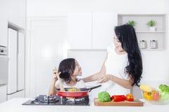 A matriz e a filha cozinham junto Imagens de Stock Royalty Free