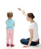 Matriz e filha de sorriso que pintam a parede Fotografia de Stock